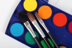 Colores y cepillos de pintura Foto de archivo libre de regalías