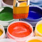 Colores y cepillos de pintura. Imágenes de archivo libres de regalías