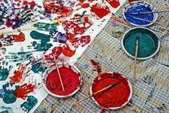 Colores y diseños hechos con las palmas de los niños foto de archivo
