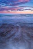 Colores y movimiento en la playa en la puesta del sol. Imagenes de archivo