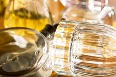 Colores y reflexiones de luces con las botellas de perfume Foto de archivo