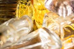 Colores y reflexiones de luces con las botellas de perfume Imagenes de archivo