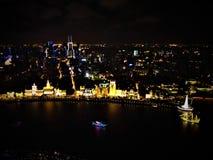 Colores y vida de ciudad, luces y oscuridad en Shangai imagen de archivo