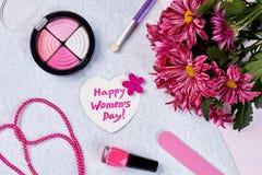 Colorete, flores y esmalte de uñas Fotografía de archivo