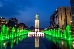 Colorez admirablement la fontaine d'eau à la plaza de Gwanghwamun avec la statue de l'amiral Yi Sun Sin dedans du centre Photographie stock libre de droits