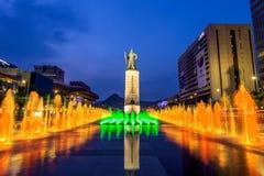 Colorez admirablement la fontaine d'eau à la plaza de Gwanghwamun avec la statue de l'amiral Yi Sun Sin dedans du centre Photos libres de droits