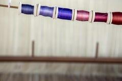 Colorez la bobine sur le matchine de tissage de tache floue sur le fond Photos libres de droits