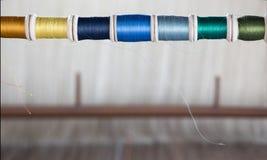 Colorez la bobine sur le matchine de tissage de tache floue sur le fond Photo stock