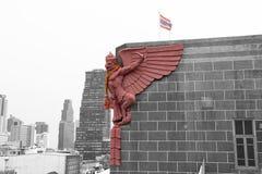 Colorez la statue de Garuda sur le dessus du bâtiment et du fond noirs et blancs Photographie stock