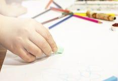 Colorez le crayon, peinture, faite main au travail Image libre de droits