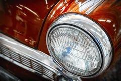 Colorez le détail sur le phare d'une voiture de vintage photos libres de droits