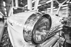 Colorez le détail sur le phare d'une voiture de vintage photographie stock