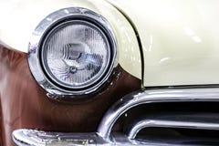 Colorez le détail sur le phare d'une voiture de vintage photo stock