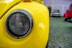 Colorez le détail sur le phare d'une voiture de vintage image libre de droits