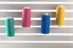 Colorez le fil de couture utilisé dans le tissu et le jaune d'industrie textile Photo stock