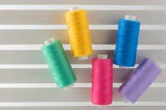 Colorez le fil de couture utilisé dans le tissu et le jaune d'industrie textile Images stock