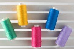 Colorez le fil de couture utilisé dans le tissu et le jaune d'industrie textile Image libre de droits