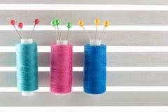 Colorez le fil de couture utilisé dans le tissu et l'industrie textile r bleu Image stock