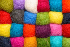 Colorez le fond de laine - boules de fil de laine artificielle Images libres de droits