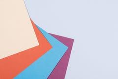 Colorez le fond plat de composition en géométrie de papiers avec la violette, b Photos stock