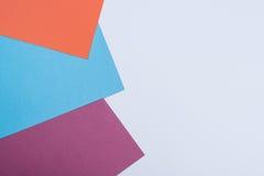 Colorez le fond plat de composition en géométrie de papiers avec la violette, b Photo stock