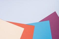 Colorez le fond plat de composition en géométrie de papiers avec la violette, b Photographie stock