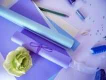 Colorez le papier, écheveaux de fil pour la couture pour les vacances Image libre de droits