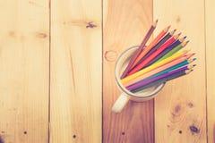 Colorez le stylo sur le ton en bois de couleur de vintage de fond de table Image stock