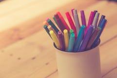 Colorez le stylo sur le ton en bois de couleur de vintage de fond de table Photographie stock