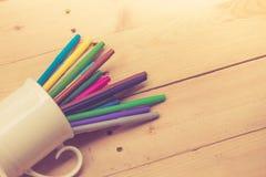 Colorez le stylo sur le ton en bois de couleur de vintage de fond de table Photos libres de droits