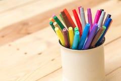 Colorez le stylo sur le ton en bois de couleur de vintage de fond de table Photo libre de droits