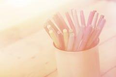 colorez le stylo sur le ton en bois de couleur de vintage de fond de table avec la copie Image stock