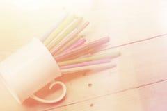 colorez le stylo sur le ton en bois de couleur de vintage de fond de table avec la copie Photos libres de droits