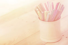 colorez le stylo sur le ton en bois de couleur de vintage de fond de table avec la copie Image libre de droits