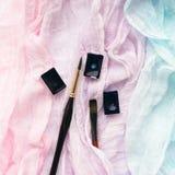 Colorez le tissu en pastel, cuvettes d'aquarelle, pinceaux Espace de travail d'artiste Photographie stock