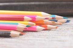 Colorez le vieux rétro vintage de crayons Photographie stock libre de droits
