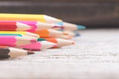 Colorez le vieux rétro vintage de crayons Images stock