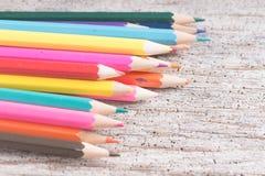 Colorez le vieux rétro vintage de crayons Photo stock