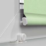 Colorez les abat-jour de rouleau de panne d'électricité sur le fond de la fenêtre Image stock