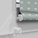 Colorez les abat-jour de rouleau de panne d'électricité sur le fond de la fenêtre Photo stock
