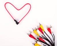 Colorez les câbles de réseau sur le fond blanc sous la forme de rouge Photo stock
