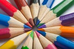 Colorez les crayons arrangent dedans dans des couleurs de roue de couleur Photographie stock