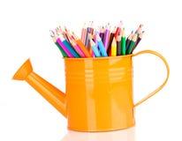 Colorez les crayons dans le bidon d'arrosage Photographie stock libre de droits