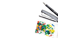 Colorez les goupilles, le spapler et le stylo sur le fond blanc Image libre de droits