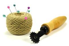 Colorez les goupilles pour coudre avec la bobine des fils et de l'outil pour une inscription de tissu sur un fond blanc Image stock