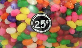 Colorez les sucreries dans un distributeur de variété des prix de quart de machine de gomme image stock