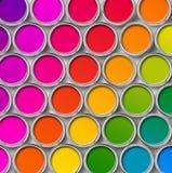 Colorez vue de boîtes en fer blanc de peinture la première Image stock