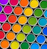 Colorez vue de boîtes en fer blanc de peinture la première Images stock
