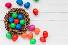 Colorful Easter eggs in nest o Royalty Free Stock Photos