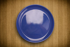 Colorful empty plate on grungy background table Royalty Free Stock Photos